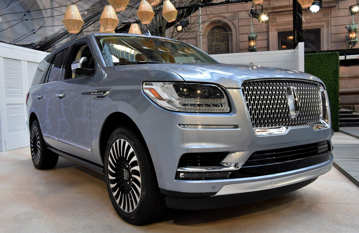 all new 2018 lincoln navigator less weight more power and luxury. Black Bedroom Furniture Sets. Home Design Ideas