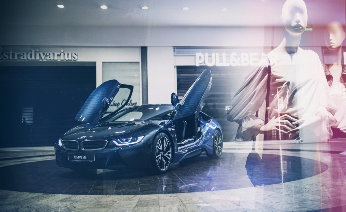 #SELFi8: take a visual trip with the BMW i8 in a shopping mall