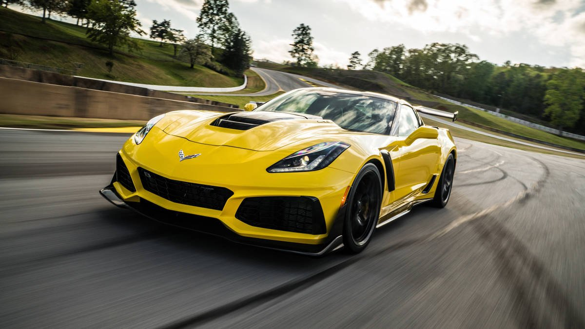 watch the chevy corvette zr1 get ridiculously close to hitting 215 mp